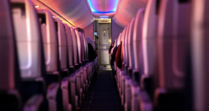 vliegtuig-brede-stoelen-beenruimte