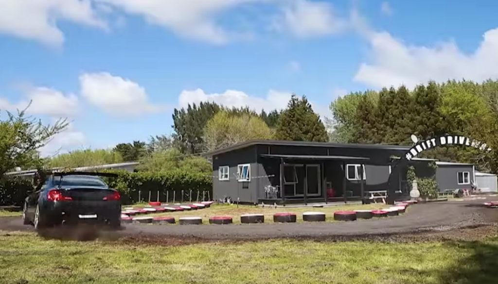 man-nieuw-zeeland-driftbaan-huis